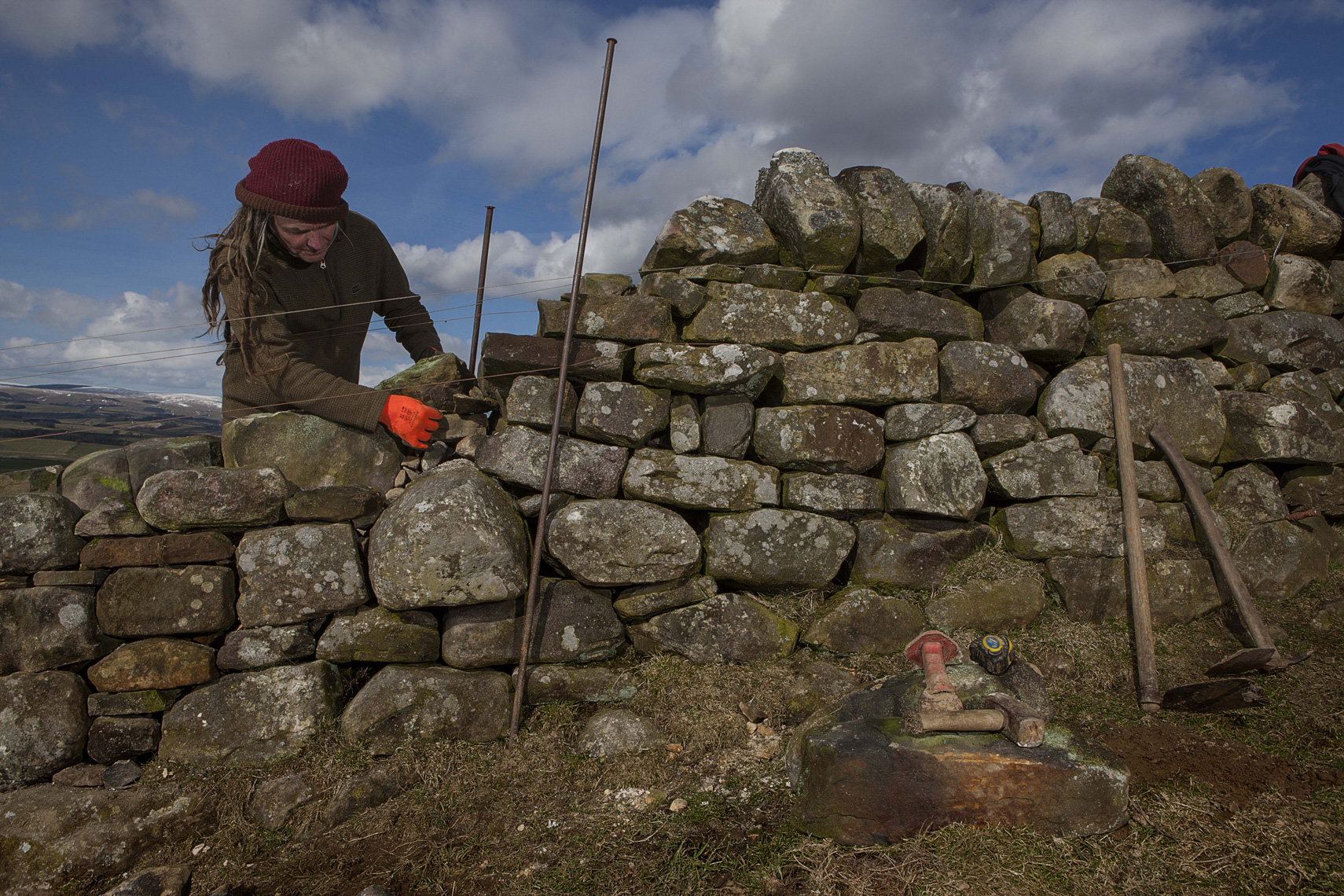 CountryLife_cannon_DryStoneWallMaker047